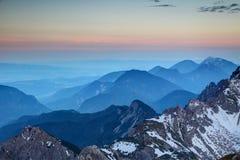 Horizonte rosado que brilla intensamente y cantos azules, gama Austria de Karawanken imágenes de archivo libres de regalías