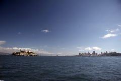 Horizonte San Francisco con Alcatraz Foto de archivo libre de regalías