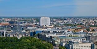 Horizonte sobre el edificio de Reichstag, Tor de Berlín de Brandenburger foto de archivo