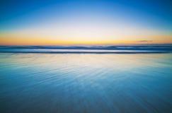 Horizonte sobre un océano azul, tranquilo Imagen de archivo libre de regalías