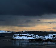 Horizonte tormentoso em ilhas de Lofoten de Noruega As ilhas bonitas Um ponto de vista da balsa fotografia de stock royalty free