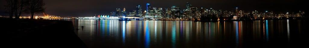 Horizonte ultra amplio de la noche de Vancouver Fotos de archivo libres de regalías