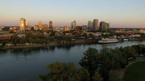 Horizonte urbano céntrico de la ciudad de California del capital del río Sacramento almacen de metraje de vídeo