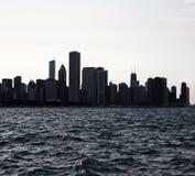 Horizonte urbano céntrico de la ciudad de Chicago en la oscuridad con los rascacielos sobre el lago Michigan Opinión Chicago de l Fotografía de archivo libre de regalías