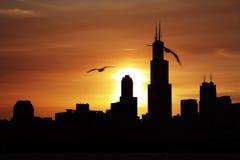 Horizonte urbano céntrico de la ciudad de Chicago en la oscuridad en la puesta del sol Fotografía de archivo libre de regalías