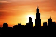 Horizonte urbano céntrico de la ciudad de Chicago en la oscuridad en la puesta del sol Imagenes de archivo
