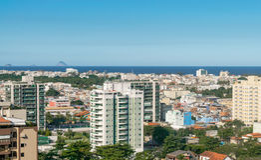 Horizonte urbano de la playa en Rio de Janeiro Integración entre la naturaleza y urbano Foto de archivo
