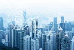 Horizonte urbano moderno Comunicaciones globales y establecimiento de una red Ciberespacio en ciudad grande La bolsa Comercio ele imágenes de archivo libres de regalías
