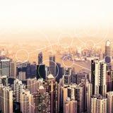 Horizonte urbano moderno Comunicaciones globales y establecimiento de una red Concepto de Blockchain Datos y conexión a internet  imagen de archivo libre de regalías