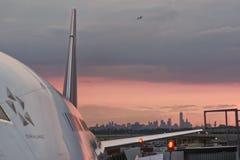 Horizonte y aeroplano de Nueva York Imagen de archivo libre de regalías