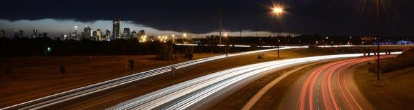Horizonte y autopista sin peaje de Calgary Imagenes de archivo