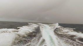 Horizonte y cielo del ` s del océano mientras que se mueve almacen de metraje de vídeo