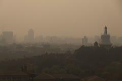 Horizonte y contaminación atmosférica en la ciudad de Pekín imagen de archivo