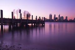 Horizonte y embarcadero de la ciudad de Perth en la noche Imagen de archivo libre de regalías