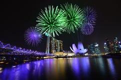 Horizonte y fuegos artificiales de Singapur Foto de archivo