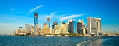 Horizonte y Liberty Statue de Nueva York en la noche, NY, los E.E.U.U. Fotos de archivo
