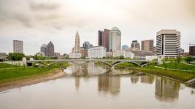 Horizonte y lluvia de Columbus Ohio en el puente del río Imagenes de archivo