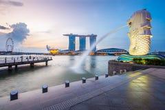 Horizonte y Merlion de Singapur por la mañana Foto de archivo libre de regalías