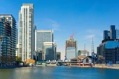 Horizonte y muelle del sur, Londres del este, Inglaterra de Canary Wharf Imágenes de archivo libres de regalías