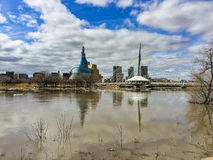 Horizonte y puente de Winnipeg durante la inundación de la primavera imágenes de archivo libres de regalías