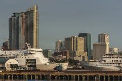 Horizonte y puerto de Manila Imagen de archivo libre de regalías