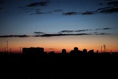 Horizonte y puesta del sol/salida del sol urbanos de la ciudad de la silueta Fotos de archivo