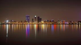 Horizonte y reflexión iluminados hermosos de Bahrein Foto de archivo