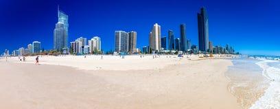Horizonte y una playa de las personas que practica surf paraíso, Australia Imagenes de archivo