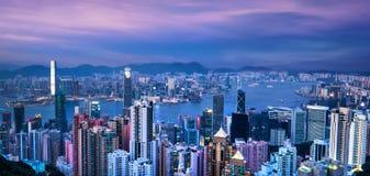Horizonte y Victoria Harbor de Hong Kong en la puesta del sol Foto de archivo
