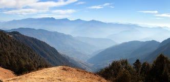 Horizontes azules - visión desde el parque nacional de Khaptad, Nepal Foto de archivo libre de regalías