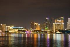 Horizontes de la ciudad de Singapur en la noche Imagenes de archivo