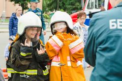 HORKI, ΛΕΥΚΟΡΩΣΊΑ - 25 ΙΟΥΛΊΟΥ 2018: Τα παιδιά στη στολή της υπηρεσίας 112 lifeguards θέτουν για μια φωτογραφία ενός κοριτσιού σε στοκ φωτογραφίες