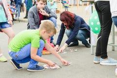 HORKI, БЕЛАРУСЬ - 25-ОЕ ИЮЛЯ 2018: Дети различных возрастов играют на празднике в парке на летний день в толпе людей стоковые фото