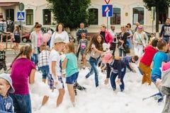 HORKI, БЕЛАРУСЬ - 25-ОЕ ИЮЛЯ 2018: Дети различных возрастов играют с воздушной белой пеной на спасательной службе 112 города на л стоковые фото
