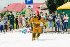 HORKI, BELARUS - 25 JUILLET 2018 : Sauveteur de tuyau d'incendie de tractions de la délivrance 112 de service des vacances en par photo stock