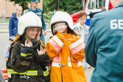 HORKI BIAŁORUŚ, LIPIEC, - 25, 2018: Dzieci w mundurze ratownik usługi 112 poza dla fotografii dziewczyna na wakacje zdjęcia stock