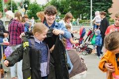 HORKI BIAŁORUŚ, LIPIEC, - 25, 2018: Dziewczyny suknia mundur ratownicy usługa 112 przy przyjęciem w parku w letnim dniu obrazy royalty free