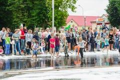 HORKI, BIELORRUSIA - 25 DE JULIO DE 2018: Los niños de diversas edades juegan con espuma blanca airosa en el día de fiesta del se imagenes de archivo