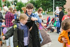 HORKI, BIELORRUSIA - 25 DE JULIO DE 2018: Vestido de la muchacha el uniforme de salvavidas del servicio 112 en un partido en el p imágenes de archivo libres de regalías