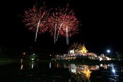 Horkumluang guld- tempel och stort fyrverkeri Royaltyfria Bilder