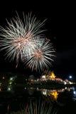 Horkumluang guld- tempel och stort fyrverkeri Royaltyfri Bild