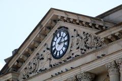 Horloge à la banque Photographie stock libre de droits