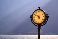 Horloge élégante de rue à la côte photographie stock