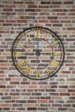 Horloge énorme de fer sur le mur de briques Photos libres de droits