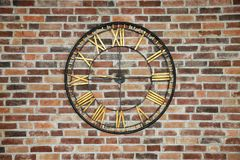 Horloge énorme sur le mur de briques Photographie stock libre de droits