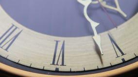 Horloge antique analogue de vintage avec des flèches clips vidéos