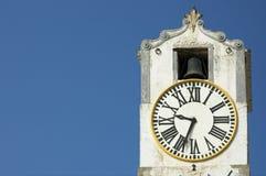 Horloge antique au-dessus de ciel bleu avec l'espace pour le texte images stock