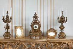 Horloge antique avec des chandeliers Images stock