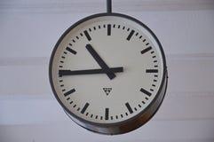Horloge antique avec un cadran circulaire Images libres de droits