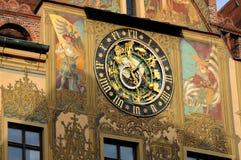 Horloge astronomique à l'hôtel de ville dans Ulm, Allemagne images stock